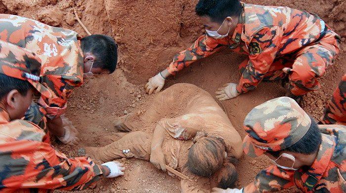 Kiedy znaleziono tę kobietę, była już martwa. To, co odkryli w jej rękach wzrusza do łez