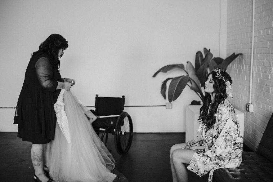 Bride-walks-down-the-isle-57b2e067458bc__880