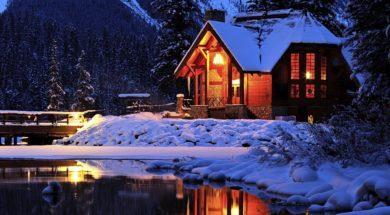 gory-oswietlony-dom-zima