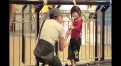 Podszedł do dziecka i dał mu lizaka. Gdy mama przeczytała dopiętą karteczkę była w szoku
