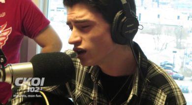 Zaśpiewał świąteczną piosenkę na antenie radia. Reakcja prowadzących jest rewelacyjna!