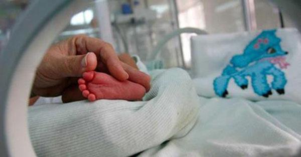 Młoda matka decyduje się na aborcję. Kiedy lekarz wyciąga dziecko, słyszy cichy płacz.
