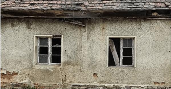 W oknie opuszczonego domu, sąsiadka zobaczyła małego chłopca. Gdy policjanci weszli do środka, byli wstrząśnięci!