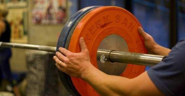 Kiedy zacząć zwiększać obciążenia na siłowni? Odpowiadamy w artykule.