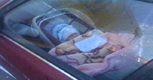 Zostawiła dziecko w aucie i poszła na zakupy. Przy niemowlęciu leżała kartka, na której coś było napisane…