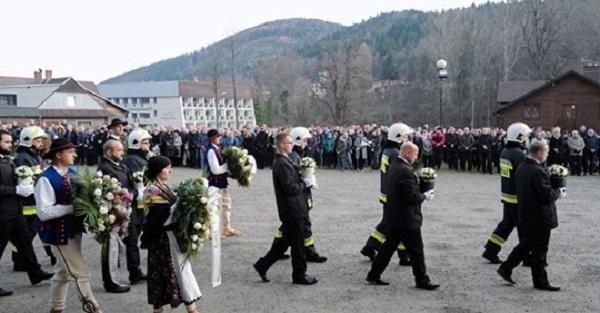 """""""Żadne nie miało nawet 10 lat"""". Biskup Greger wspomina dzieci, które zginęły w Szczyrku."""
