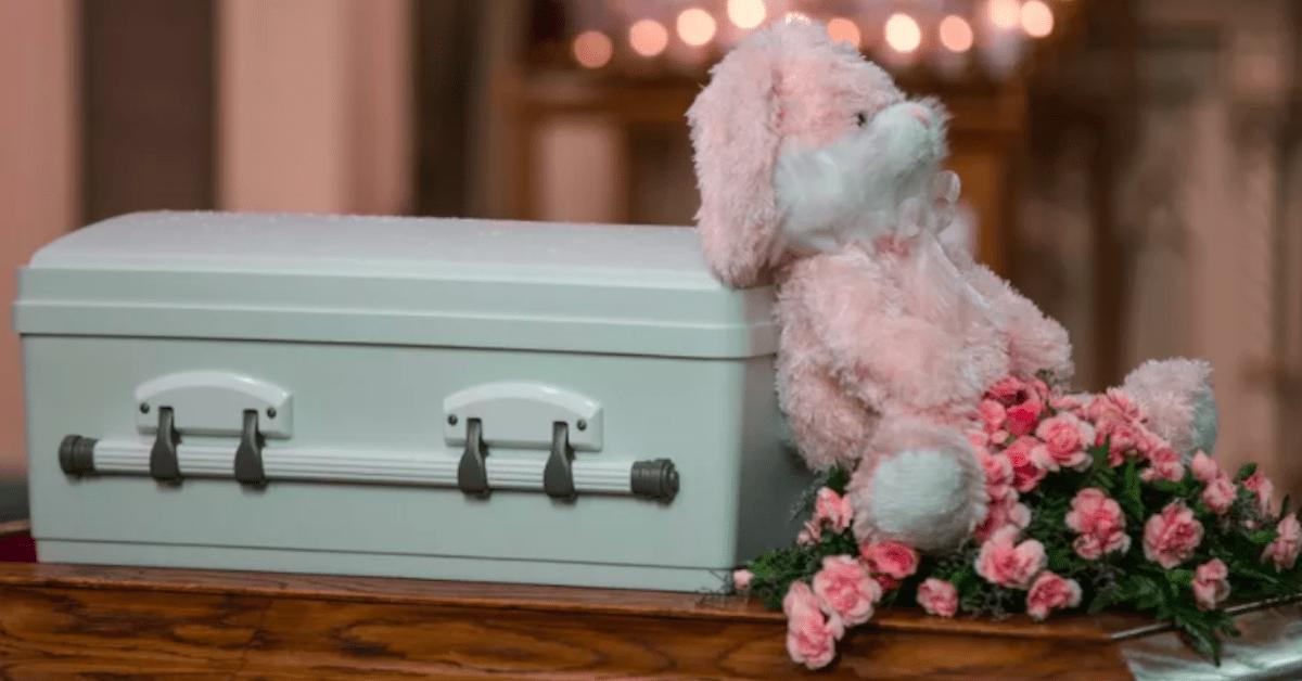 Matka wyrzuciła noworodka na śmietnik. Nieznany nikomu chłopiec spoczął w grobie.