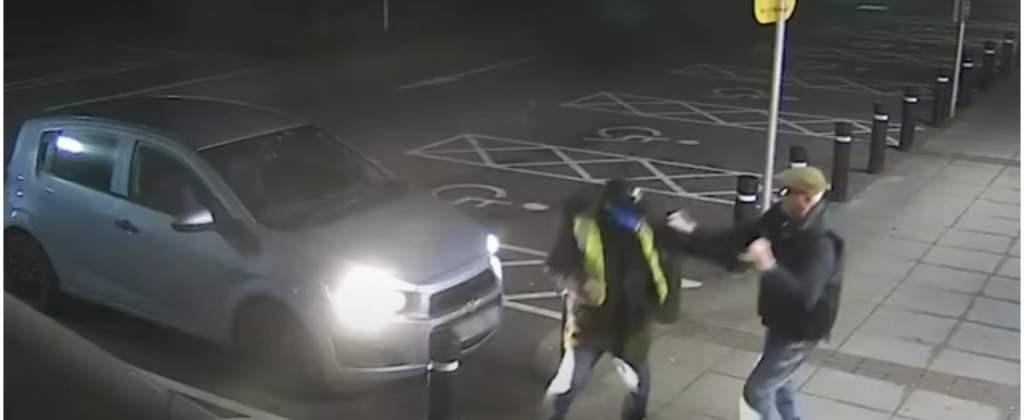 Chciał okraść 77-latka. Ten jednak stanął do walki i pogonił złodzieja. Nagranie robi wrażenie.