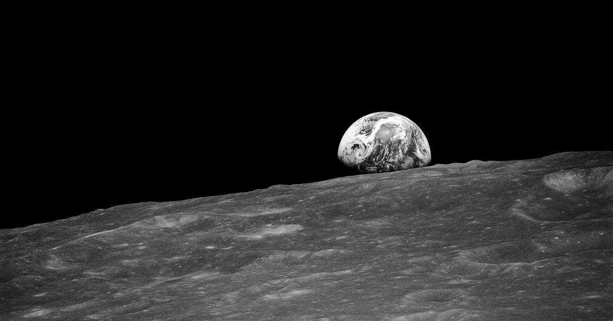 Sztuczna inteligencja poprawia historię. Lądowanie na Księżycu wygląda niesamowicie.