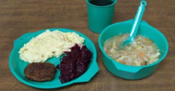 Do sieci trafiły zdjęcia obiadów z polskich więzień. Dietetycy dbają o o sadzonych. Koszt jednego posiłku nie jest tajemnicą.