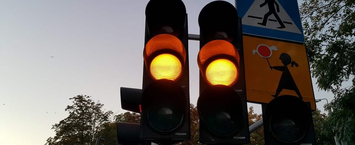 Przepisy nie znają litości. Surowe kary za przejazd na żółtym świetle.