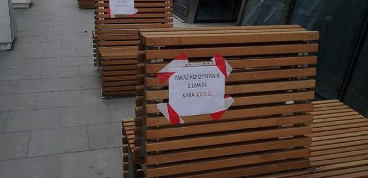 """Musicie uważać. """"Zakaz korzystania z ławek. Kara 5000 zł"""". Takie tajemnicze kartki pojawiły się w centrum Warszawy"""