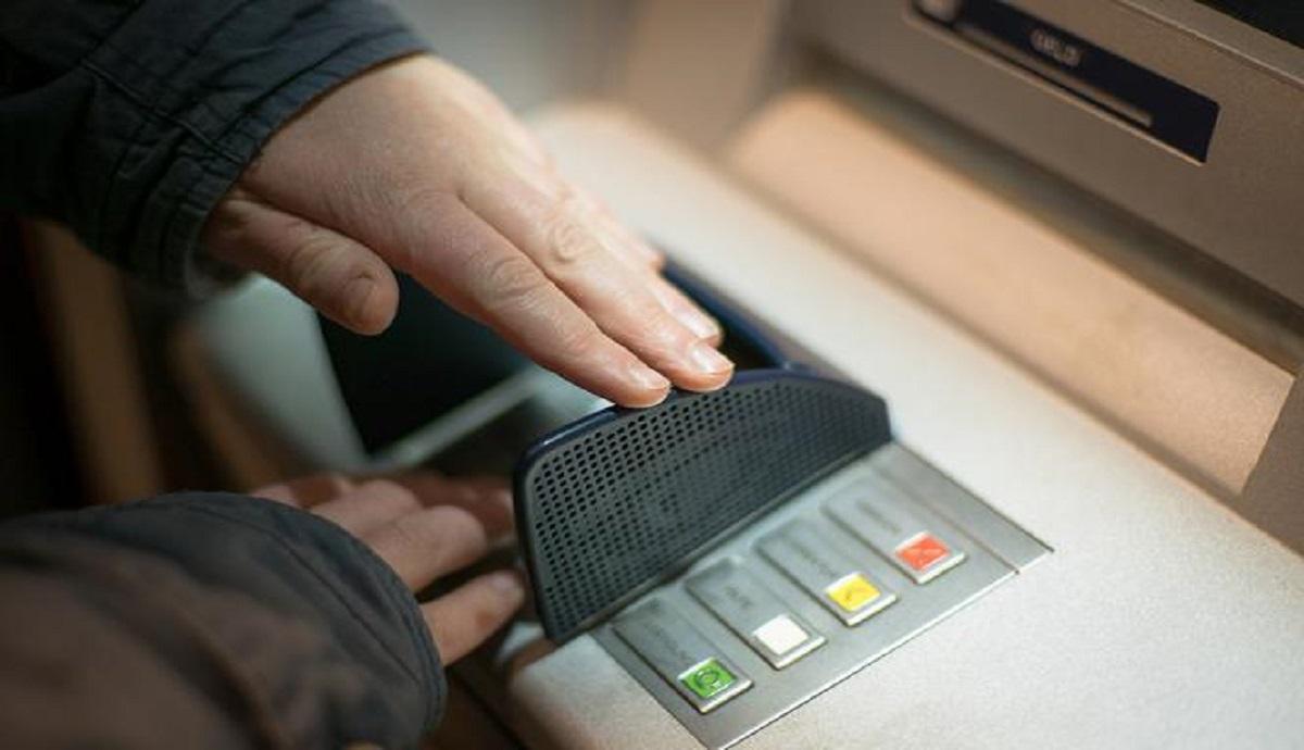 """Martwa 65-latka przyszła do banku opłacić rachunki. """"Przecież pani nie żyje"""" usłyszała"""