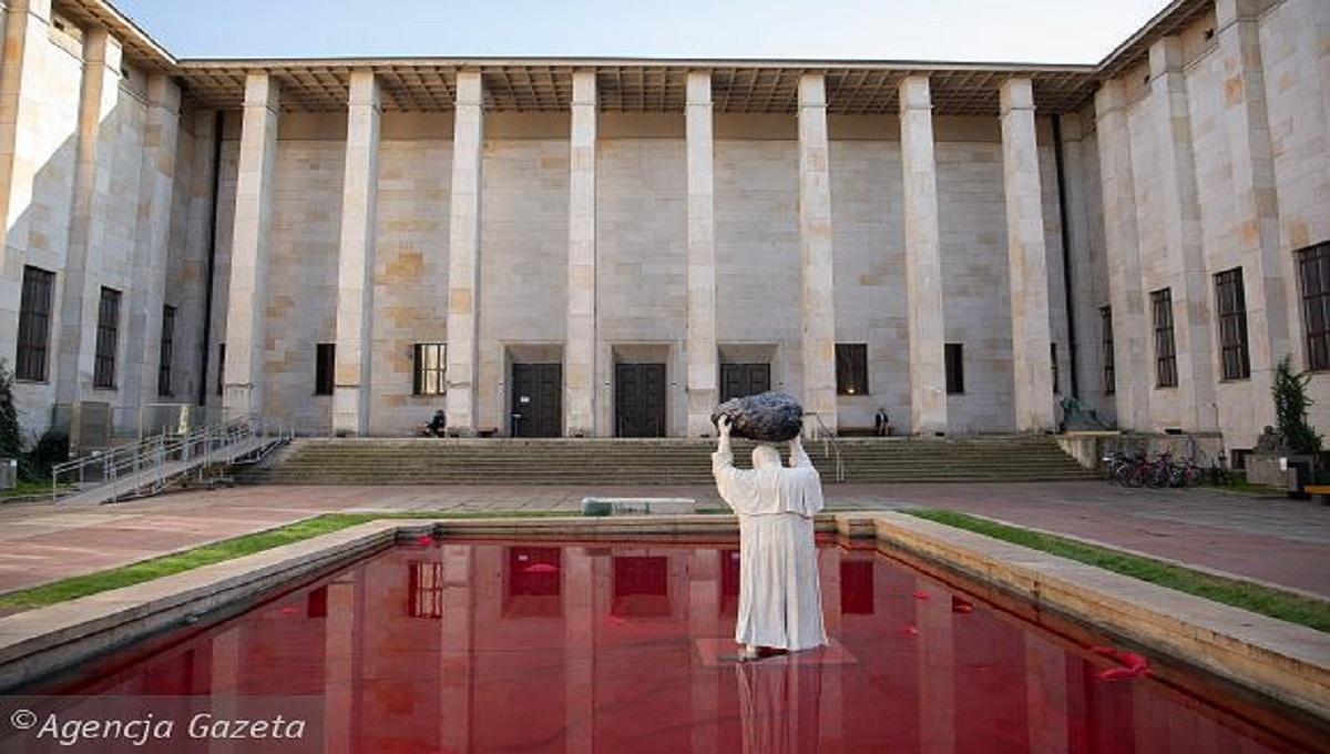 Jan Paweł II we krwi? Nietypowy pomnik przed Muzeum Narodowym
