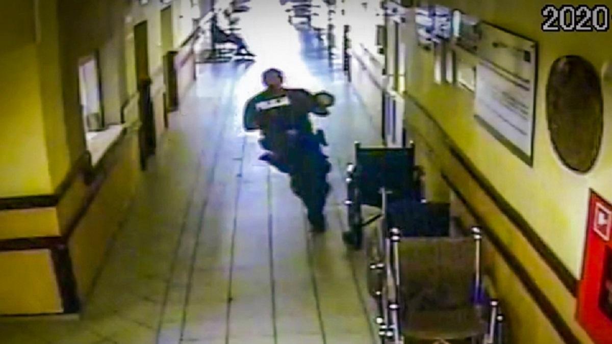 Malutki chłopiec nie mógł złapać oddechu. Policjant biegł żeby uratować mu życie!