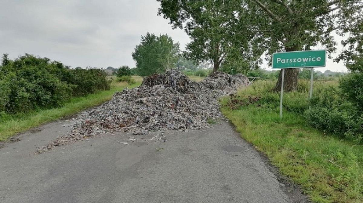Hałda śmieci wyrzucona na drogę. Sprawcom grozi do 5 lat więzienia