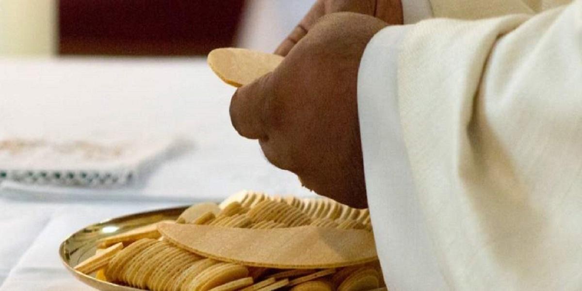 Jawne kpiny z ludzi, wierni są oburzeni. Ksiądz opublikował cennik usług na Wszystkich Świętych!
