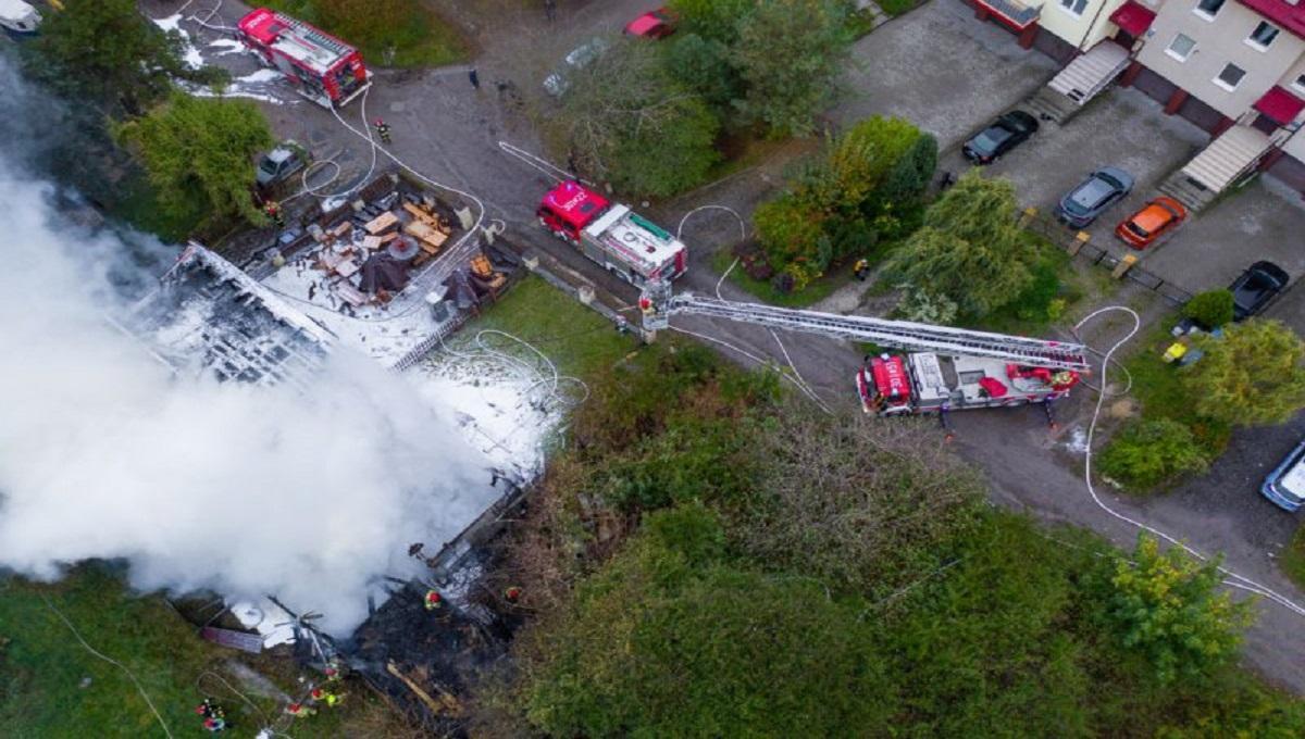 Karczma stanęła w płomieniach, budynek jest cały w ogniu. Strażacy walczą z pożarem restauracji
