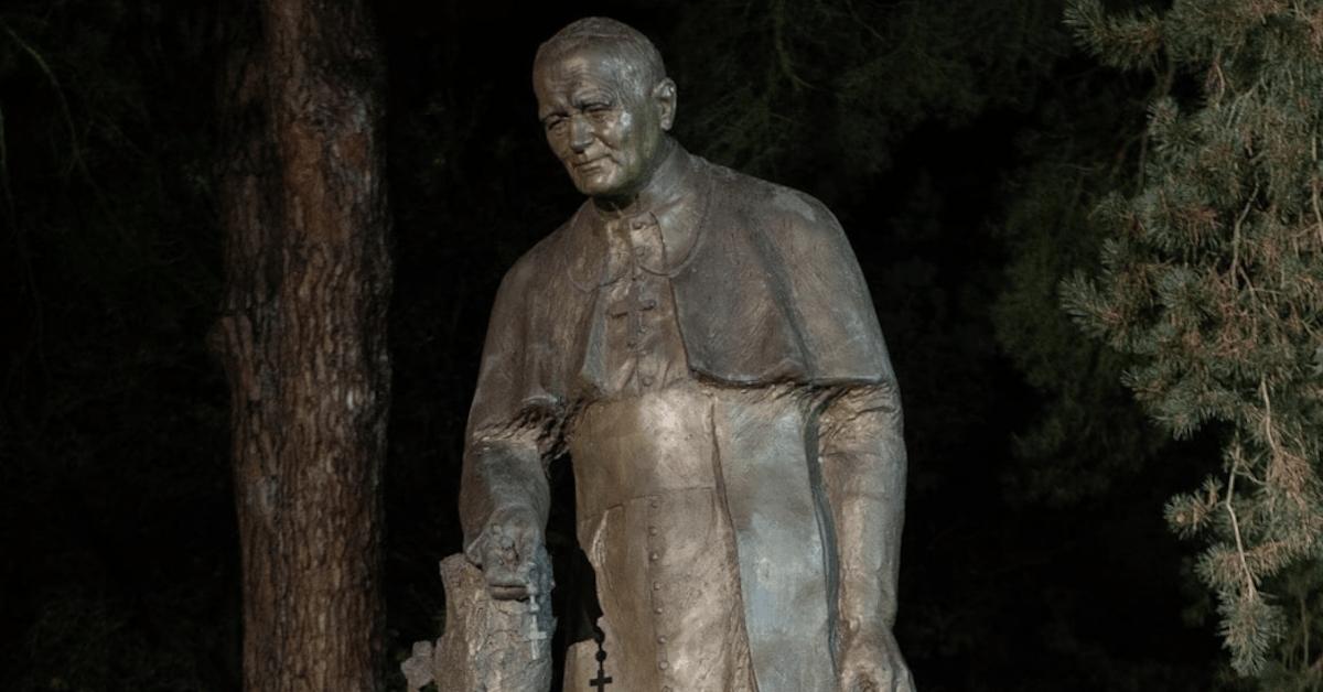 Zdewastowano pomnik papieża Jana Pawła II. Ma na dłoniach krew
