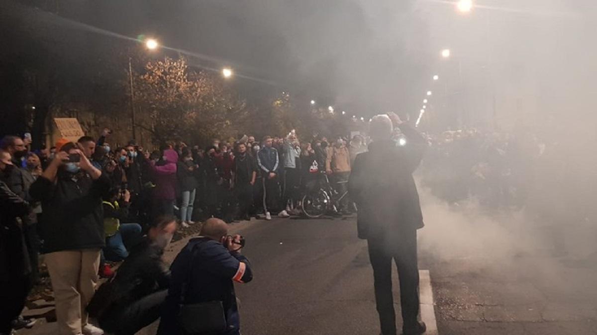 Protest po wyroku TK. Tłumy przed domem Jarosława Kaczyńskiego. Policja użyła gazu.