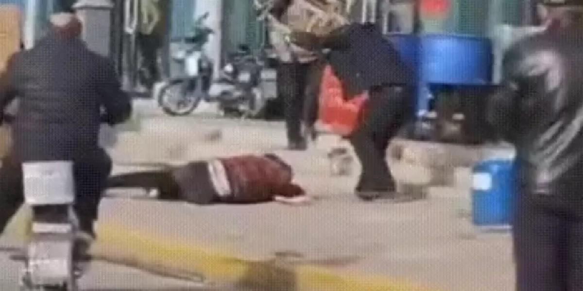 """Pobił żonę krzesłem na śmierć na ulicy. """"Nikt go nie powstrzymał!"""""""