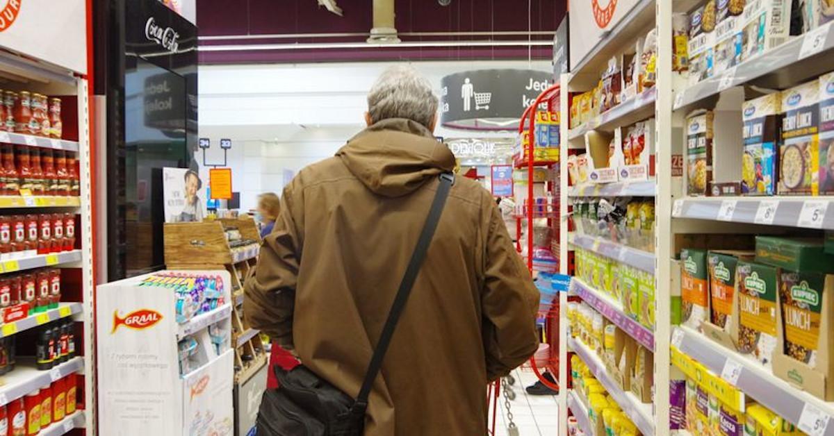 Sprzedawca w sklepie może Cię wylegitymować. Ale tylko w konkretnych godzinach