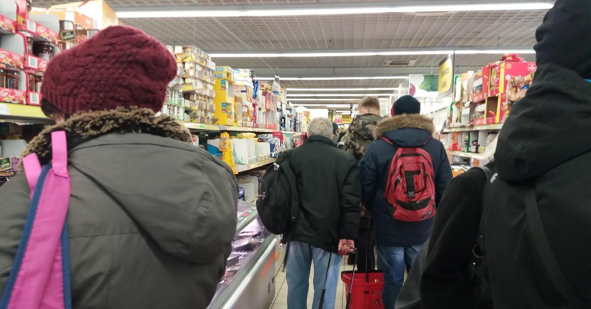 Ciężarna szukała pomocy w sklepie. Wyproszono ją, bo były godziny dla seniorów. Tak nie powinno być!