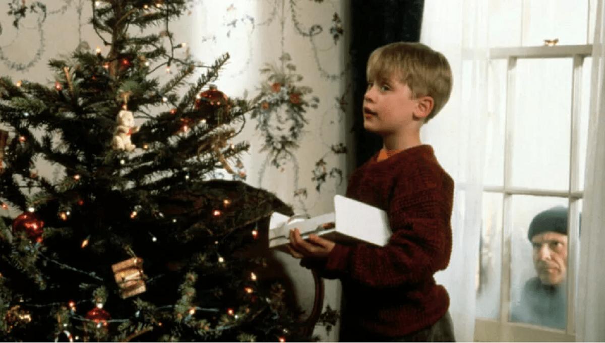 """Kevin Sam w Domu: Catherine O'Hara odtworzyła kultową scenę z filmu. """"Mama Kevina"""" robi prawdziwą furorę w sieci"""