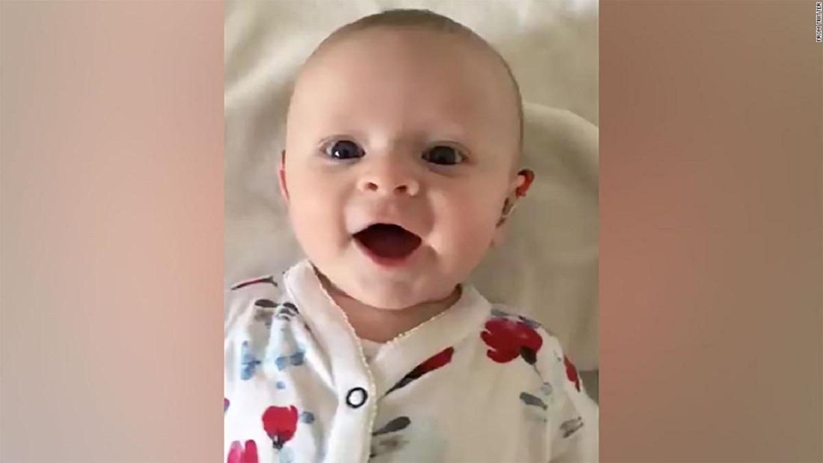 Głuche niemowlę słyszy po raz pierwszy głos swojej mamy. Jego reakcja jest urocza