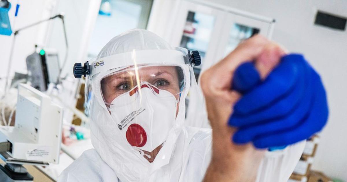"""Naukowcy przewidują stabilizację pandemii w Polsce. """"Angielska mutacja jest już na pewno w naszym kraju""""."""