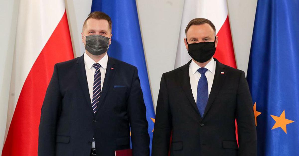 """Andrzej Duda o powrocie klas 4-8 do szkół. """"Eksperci jednak mówią o tym, że trzeba spodziewać się trzeciej fali zachorowań""""."""