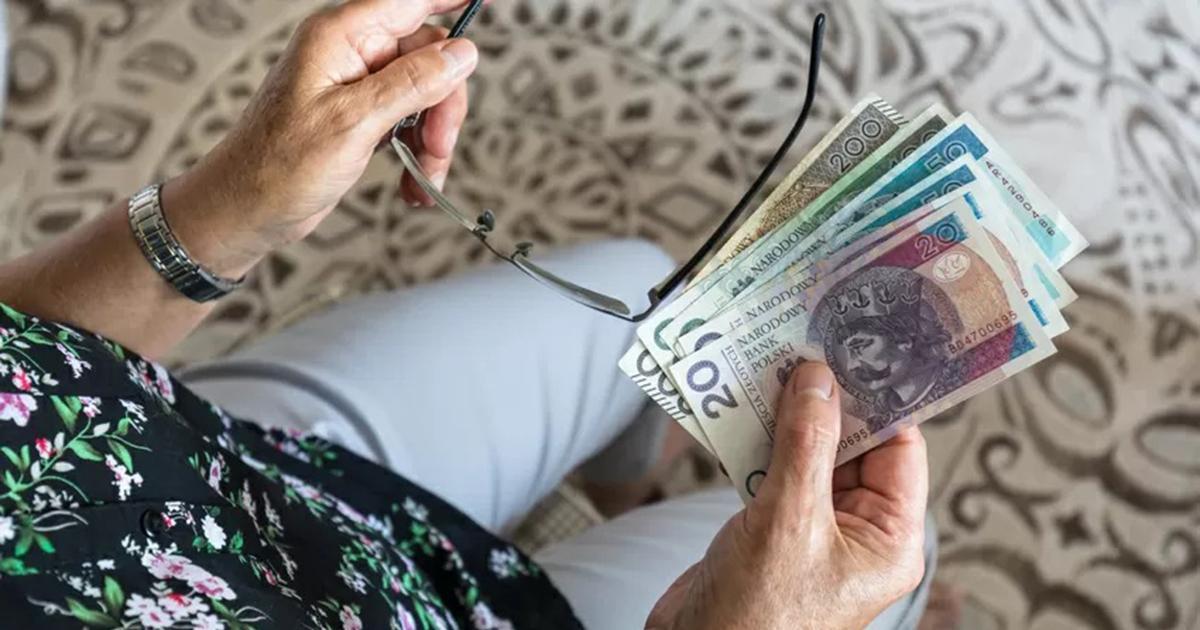 Dwie dodatkowe wypłaty dla seniorów. Nawet 2044 zł dodatku do emerytury. Załapiesz się?