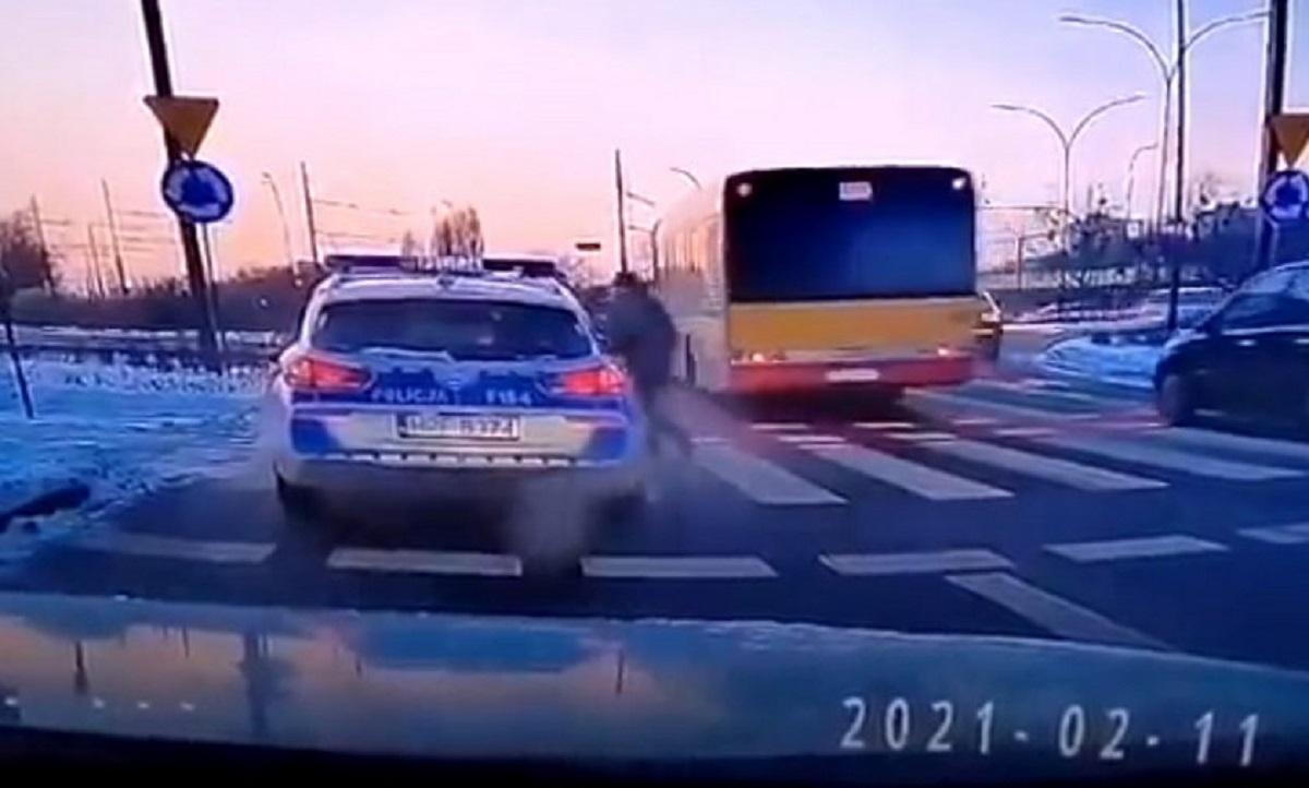 Policyjny radiowóz potrącił pieszego na pasach. Konsekwencje są zaskakujące.