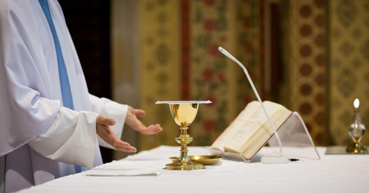 Reanimacja podczas mszy. Ksiądz nawet nie przerwał nabożeństwa. Mężczyzna zmarł.