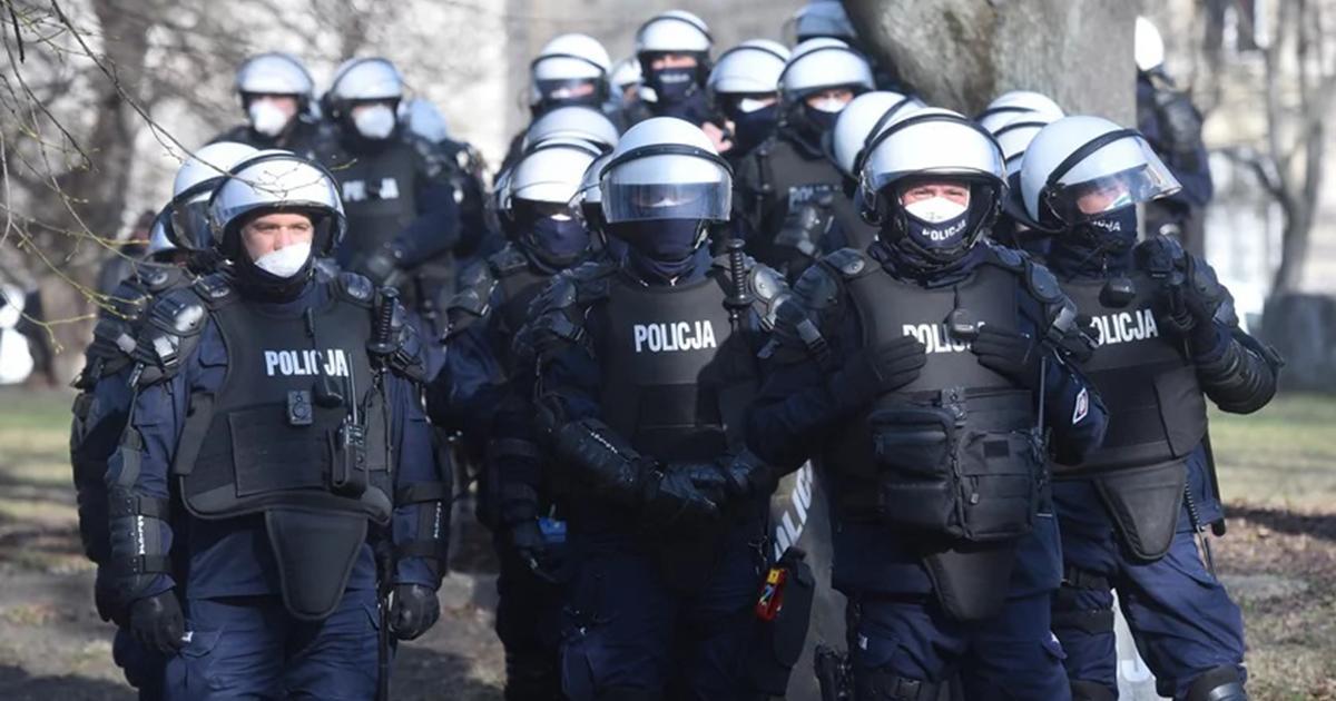 Policjant bił kobietę pałką. Wyrok szokuje.