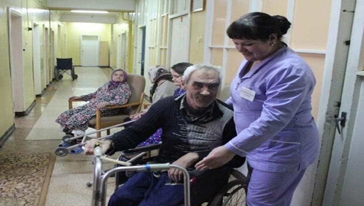 Postanowili oddać dziadka do domu opieki. W drodze powrotnej wnuczek zadał pytanie, które wbiło ojca w ziemie.