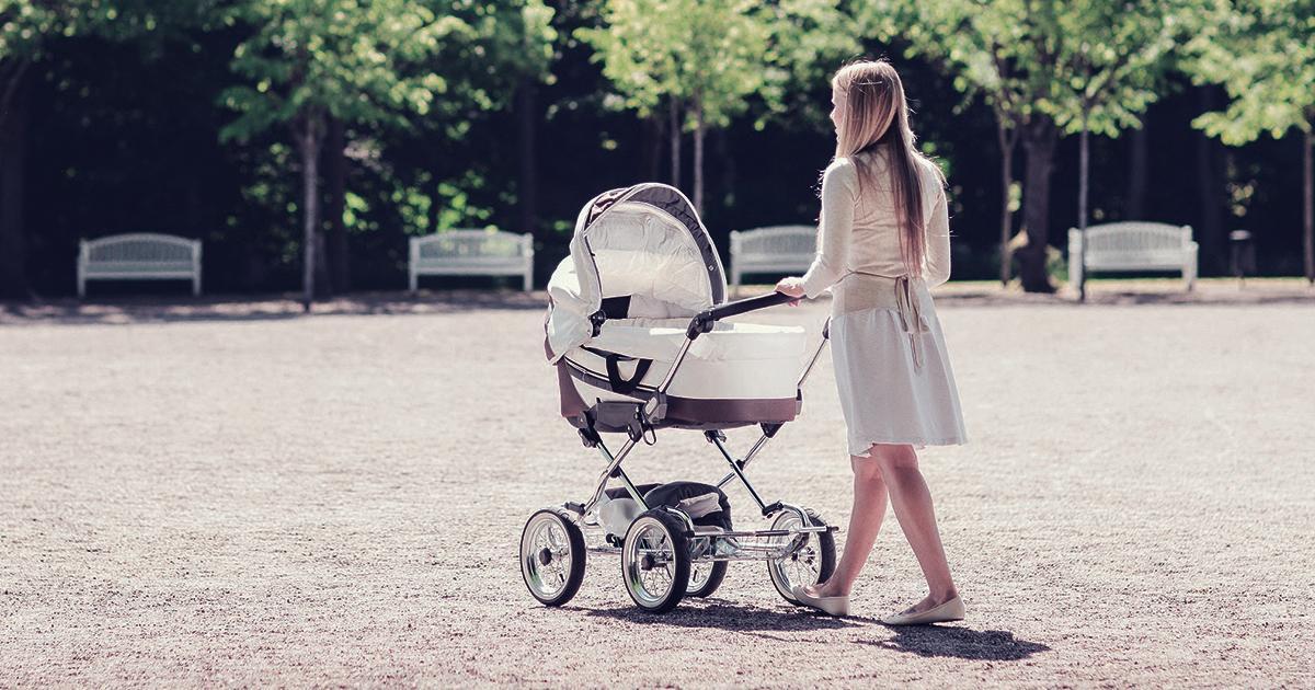 Młoda matka została brutalnie zgwałcona w parku. Obok w wózku leżało jej dziecko…