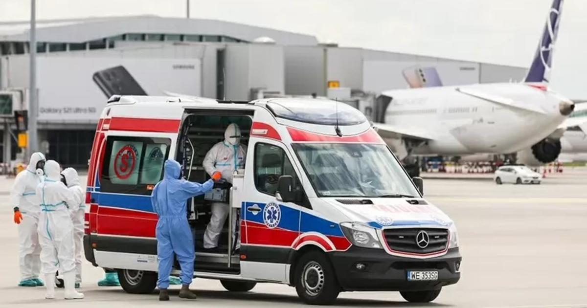 Kolejny polski dyplomata zakażony koronawirusem. Na Okęciu wylądował samolot z Indii.