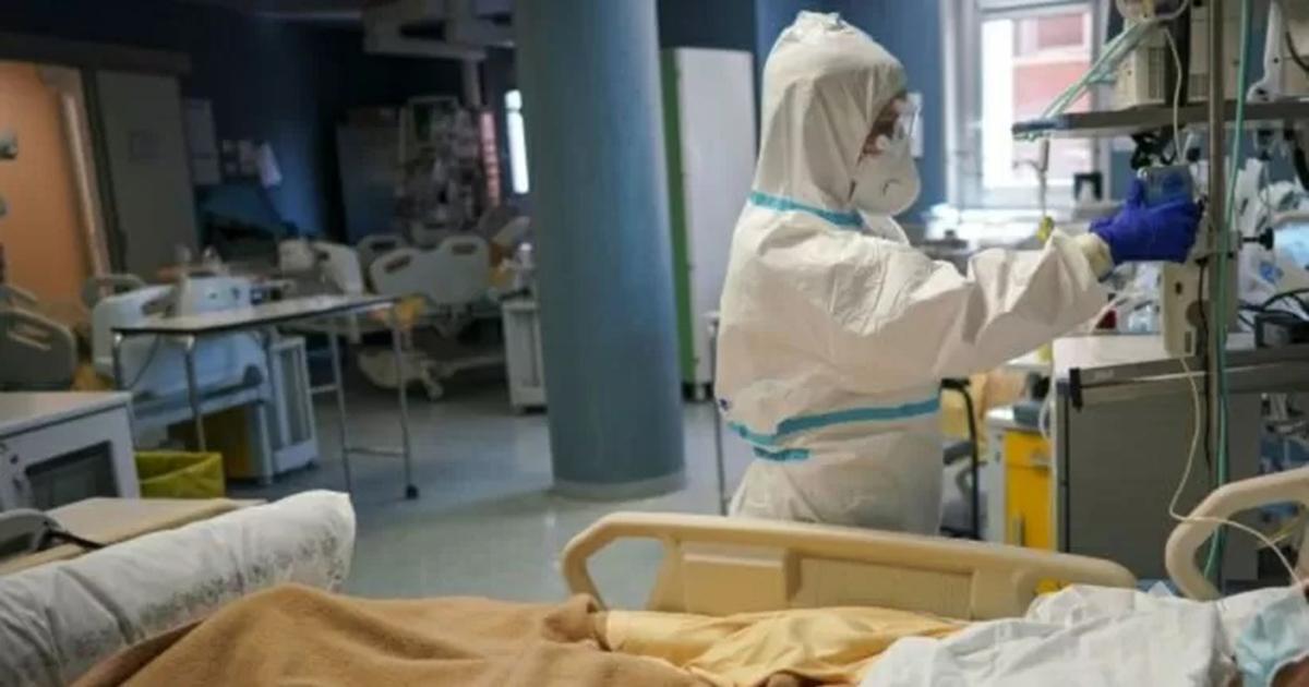 Chory na COVID-19 od roku przebywa w szpitalu. Codziennie wymiotuje.