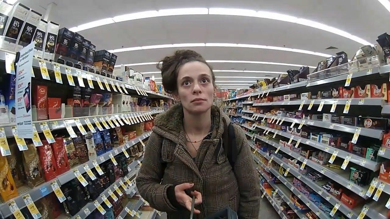 Młoda kobieta chciała ukraść towary ze sklepu. To co zrobił policjant, szokuje.