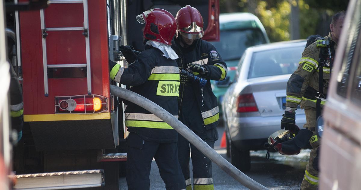Piorun uderzył w dom. Dwa budynki stanęły w ogniu. Trwa akcja strażaków.