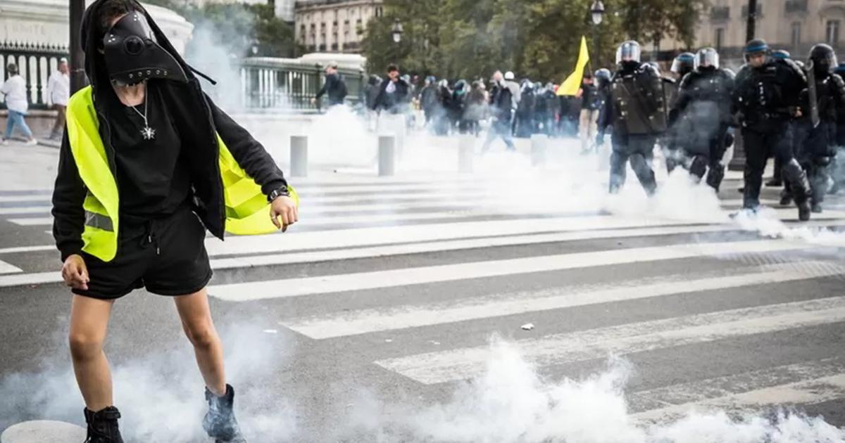 Policja rozpędziła tłum antyszczepionkowców. Użyto gazu łzawiącego.