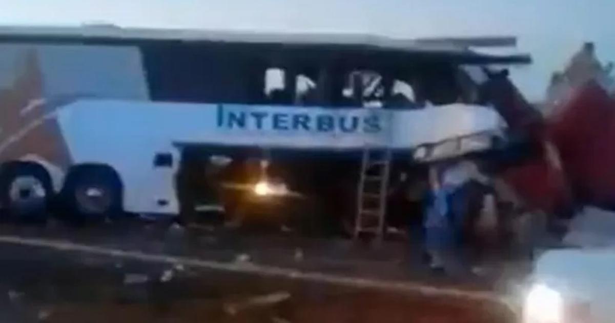 Tragiczny wypadek. Autokar uderzył w naczepę, a później w ciężarówkę. Nie żyje co najmniej 16 osób [WIDEO]