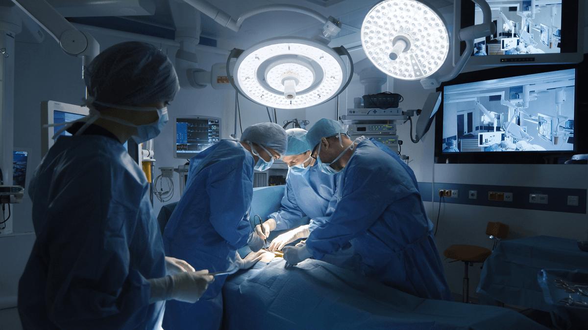 Sytuacja w służbie medycznej jest tragiczna. Średnia wieku chirurgów to 60 lat.