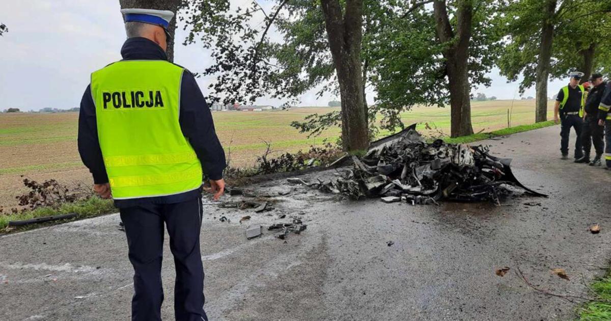Samochód zjechał z drogi i uderzył w drzewa. Doszczętnie spłonął. Wewnątrz były dwie osoby.