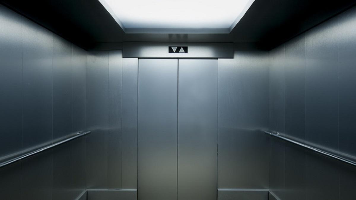 Huczne otwarcie dworca zakończyło się absurdem. Senator utknął w windzie.