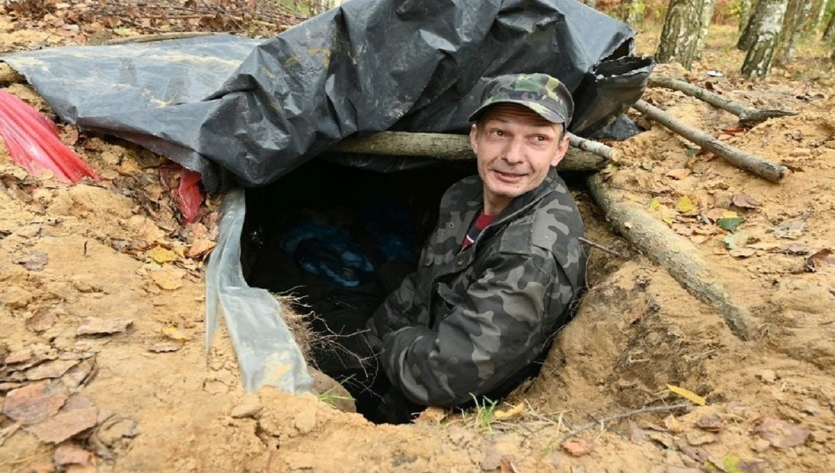Miał dość pandemii. Wykopał więc norę i mieszka w lesie w Skoroszycach.