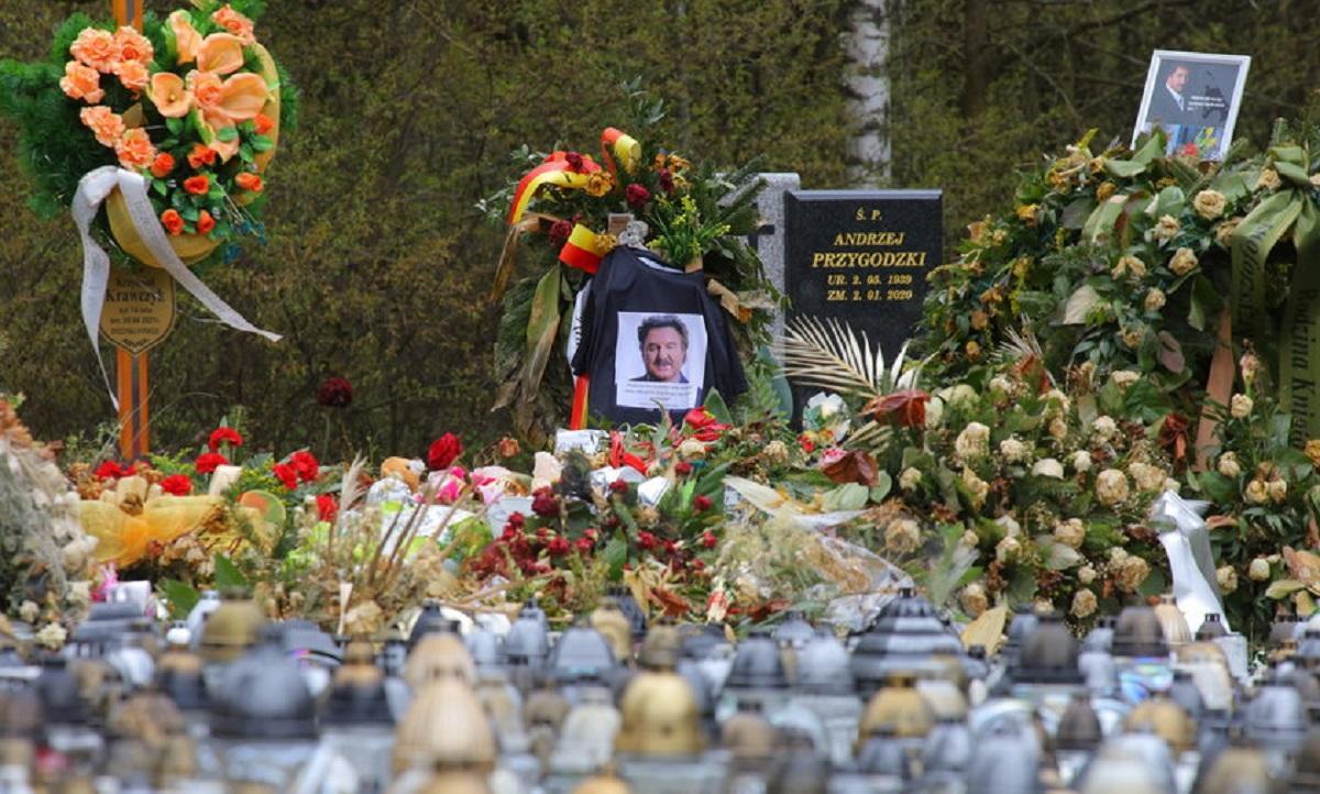 To szokujące co stało się z grobem Krzysztofa Krawczyka. Syn jest wściekły, a żona załamana.