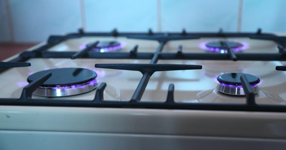 Genialny sposób, aby łatwo wyczyścić palnik gazowy w kuchence.